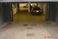 Kallio lämpimässä autohallissa moottoripyörä paikka pesumahdollisuudella